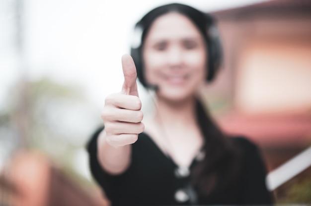 Conferencia de mujeres video llamada thump up servicio de apoyo nuevo trabajo normal desde casa