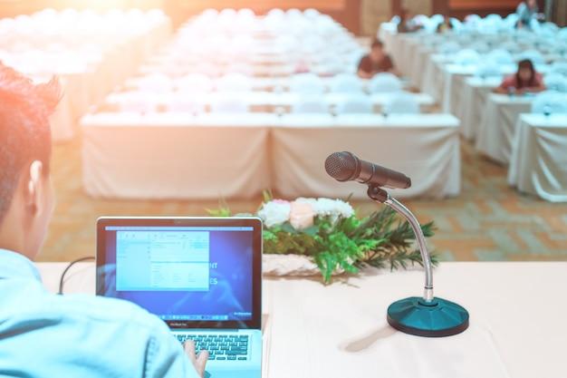 Conferencia de negocios y presentación. audiencia en la sala de conferencias.