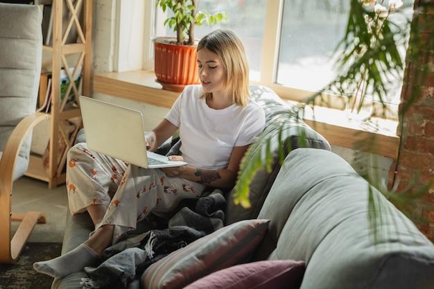 Conferencia online. mujer caucásica, autónoma durante el trabajo en la oficina en casa