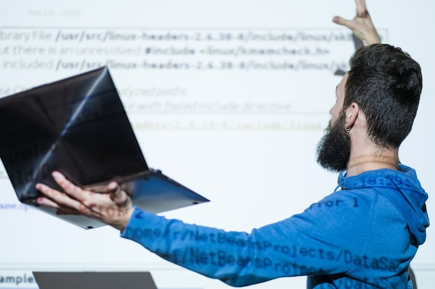 Conferencista en cursos de seo explicación de análisis de contenido de optimización empresarial y tecnología de internet