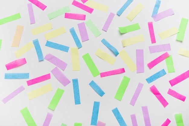Confeti de colores sobre fondo gris