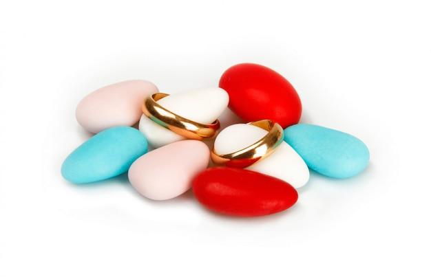 Confeti colorido con anillos de boda