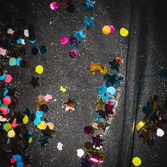 Confeti colorido en el piso después de la fiesta