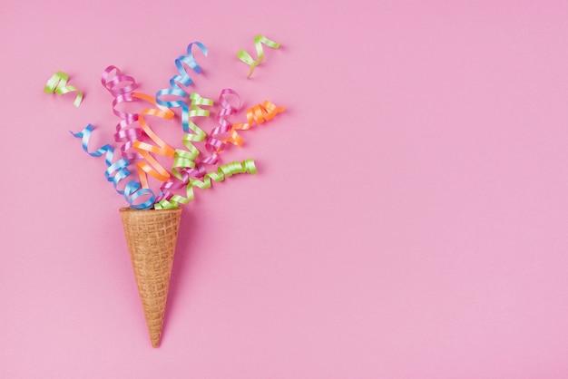 Confeti en cono de helado con espacio de copia en rosa