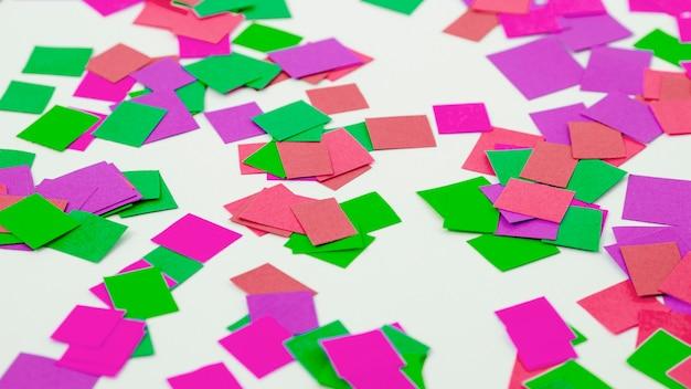 Confeti decorativo de alto ángulo