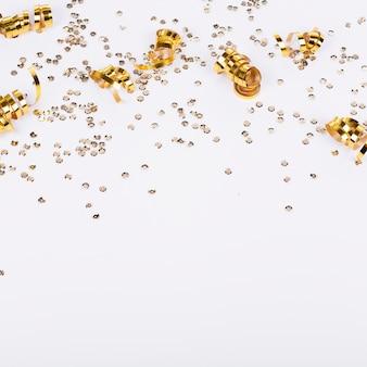 Confeti dorado marco y fondo blanco.