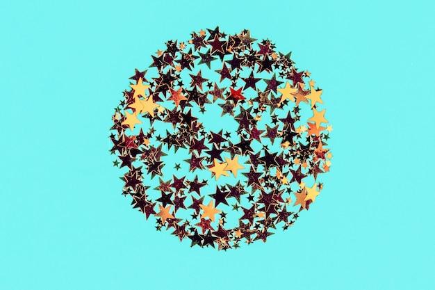 Confeti de estrellas doradas con forma redonda en azul
