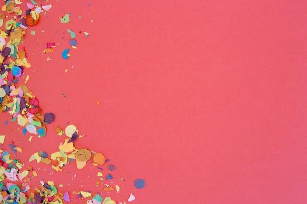 Confeti sobre fondo rosa