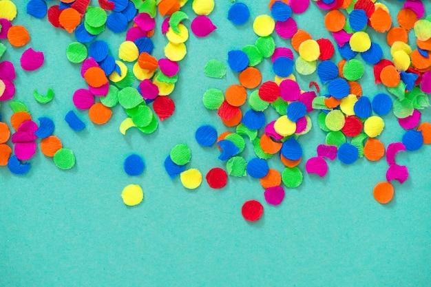Confeti vacaciones decoración fondo azul