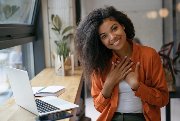 ¡confía en mí, puedo darte apoyo! hermosa estudiante afroamericana sonriente estudiando, usando la computadora portátil para la educación en línea
