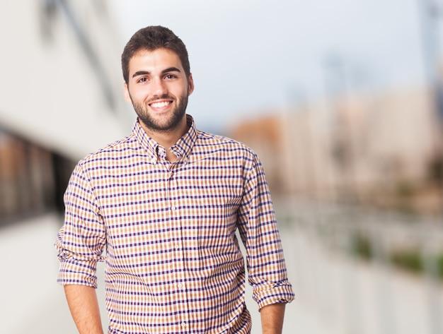 Confía en la universidad camisa elegante y guapo