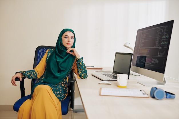 Confiado desarrollador de software mujer musulmana