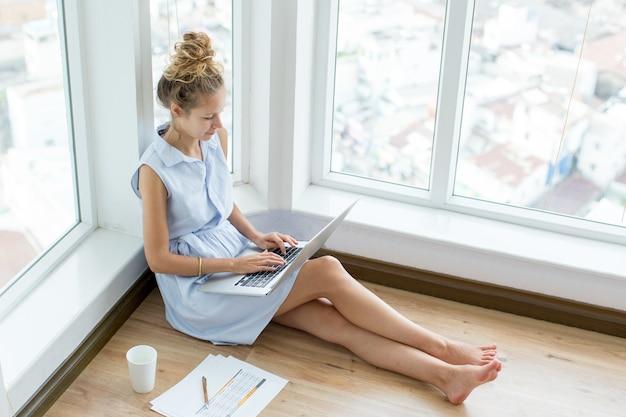 Confiado mujer freelance trabajando en la oficina en casa