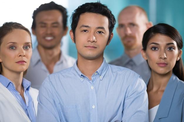 Confiamos en asia hombre de trabajo con un fuerte equipo