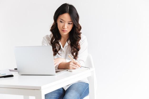 Confianza empresaria asiática joven tomando notas