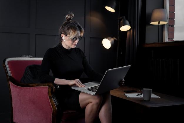 Confianza empresaria trabajando en su computadora portátil