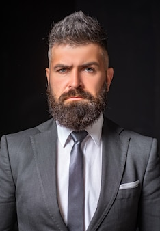 Confianza empresarial. moda de traje de hombre de negocios. traje de reunión para negocios. hombre de negocios en traje gris oscuro. hombre de traje clásico, camisa y corbata.