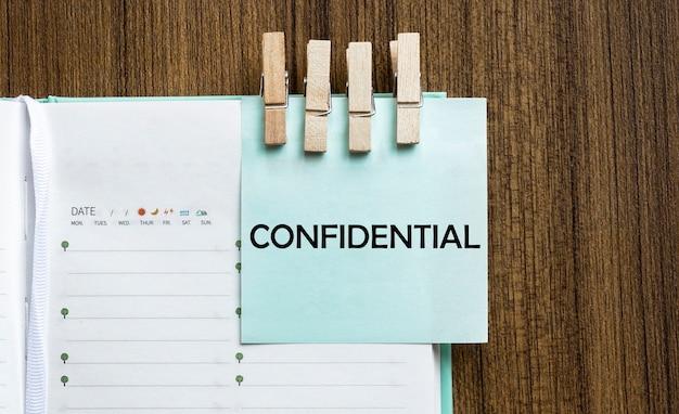 Confidencial. escritura a mano con copyspace para texto.