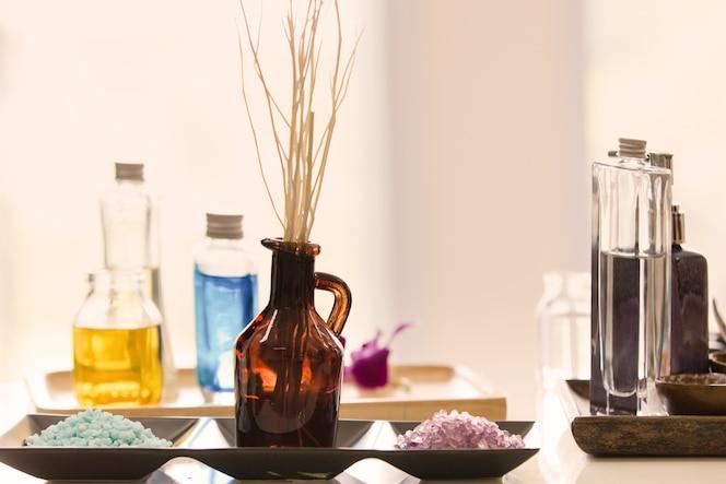 Configuración de la composición de spa con vela en la habitación, concepto de productos de spa