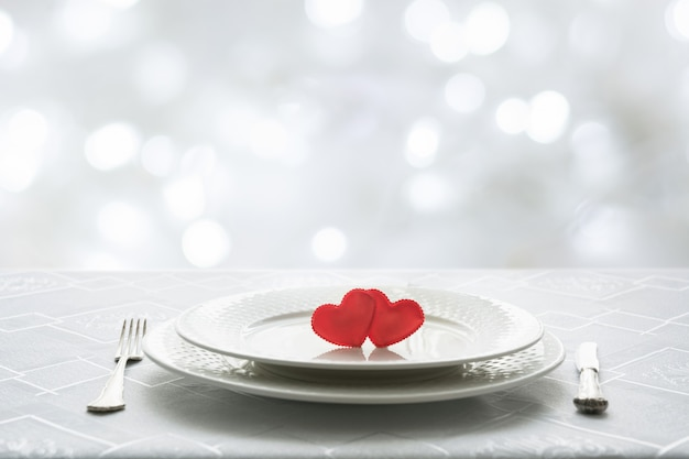 Configuración del lugar de la tabla del día de tarjetas del día de san valentín con dos corazones. espacio para texto. invitación para una fecha.