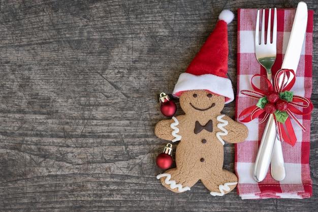 Configuración de lugar de la tabla de navidad con la galleta del hombre de pan de jengibre