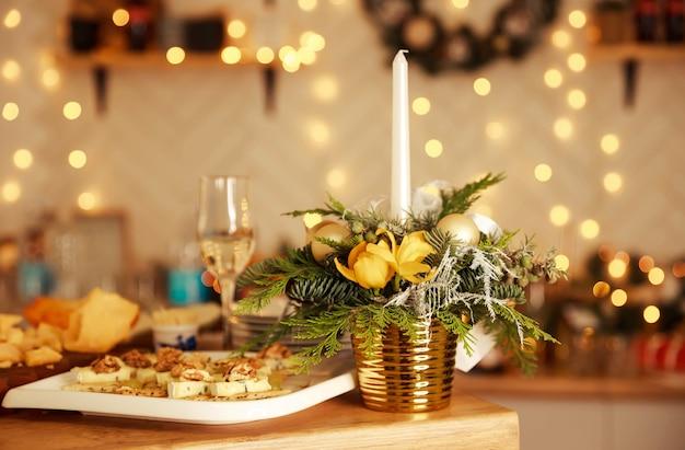 Configuración de la mesa de cena a la luz de las velas para una pareja con una hermosa luz como fondo