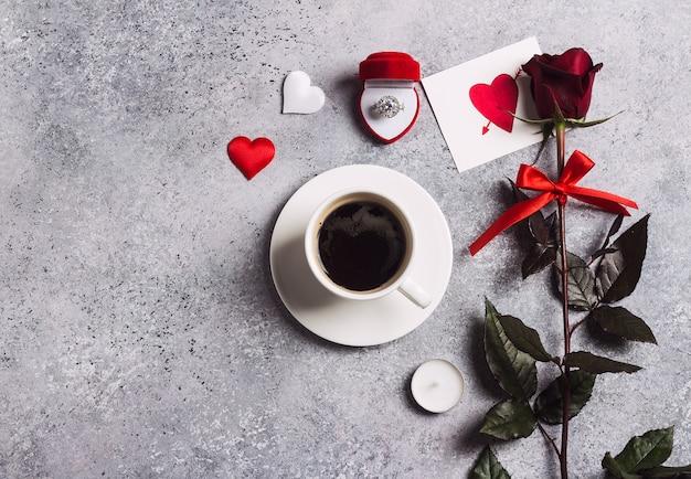 Configuración de la mesa de la cena romántica día de san valentín casarse conmigo anillo de compromiso