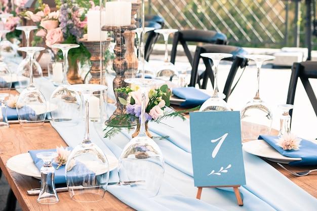 Configuración de la mesa de decoración de bodas u otros eventos, horario de verano, al aire libre