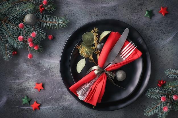 Configuración de mesa de navidad sobre fondo oscuro