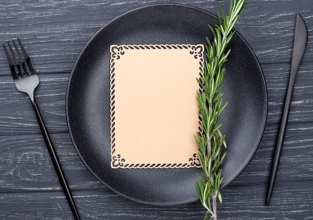 Configuración de mesa plana con hoja de papel en blanco