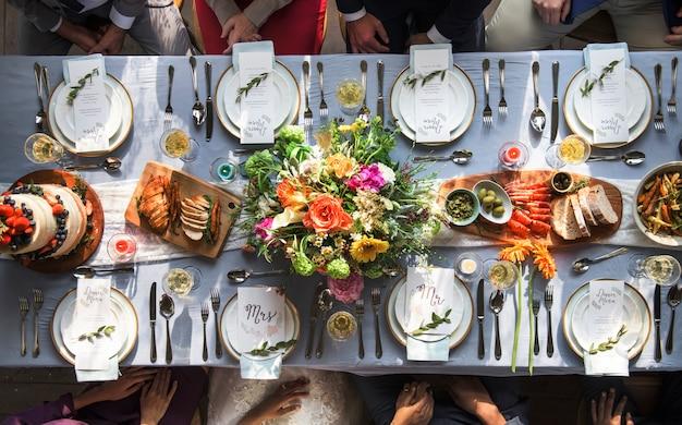 Configuración de la mesa de recepción de boda vista aérea superior