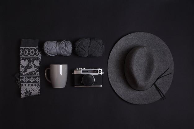 Configuración minimalista de objetos de invierno en gris.