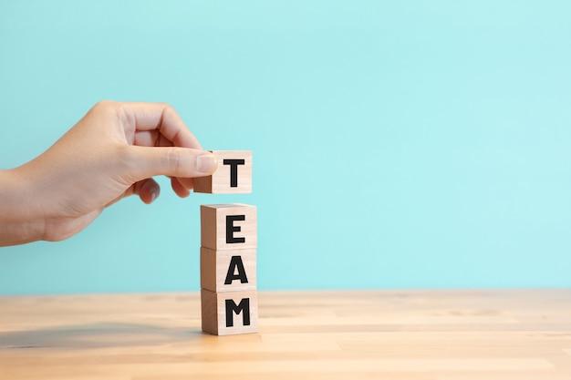 Configure o construya conceptos de equipo de negocios con texto en blog de madera.gestión para el éxito