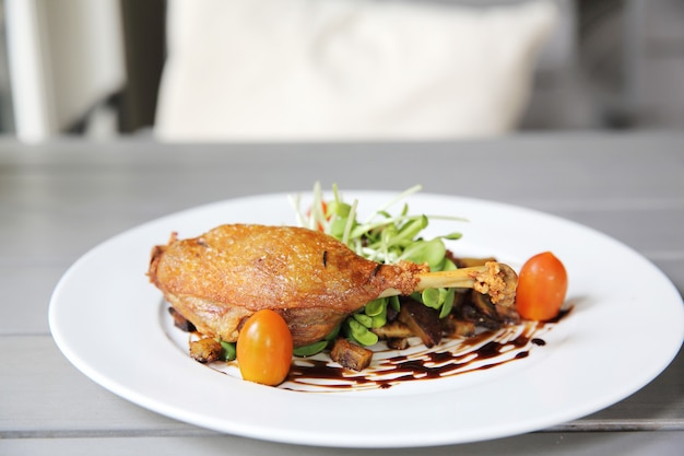 Confit de pato, pato asado con salsa de arándanos