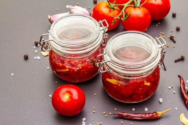 Confitura de tomate, mermelada, chutney, salsa. concepto de preservación casera