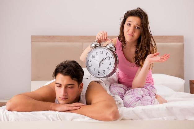 Conflicto familiar con esposa esposo en la cama