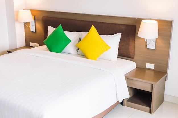 Confort almohada en la decoración de la cama interior.