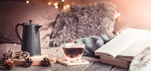 Confort en el hogar, detalles del interior festivo en una mesa de madera