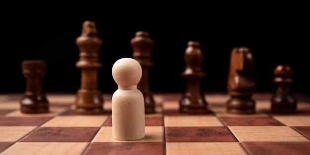 La confrontación de un nuevo líder empresarial con el ajedrez rey es un desafío para el nuevo jugador comercial, la estrategia y la visión son el éxito clave. concepto de competencia y liderazgo.