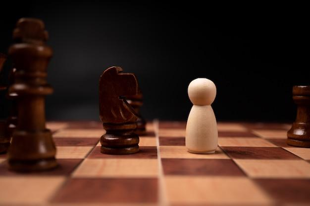 La confrontación de un nuevo líder empresarial con el ajedrez rey es un desafío para el nuevo jugador comercial, la estrategia y la visión son el éxito clave.