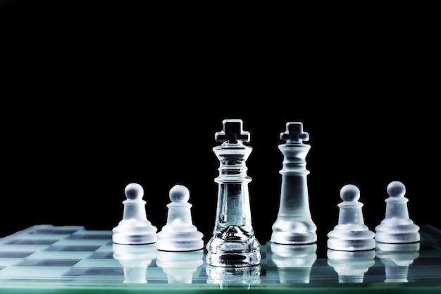 Confrontación - rey del ajedrez de pie uno contra el otro en un tablero de ajedrez.