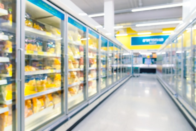 Congeladores de alimentos congelados en el supermercado. fondo desenfocado