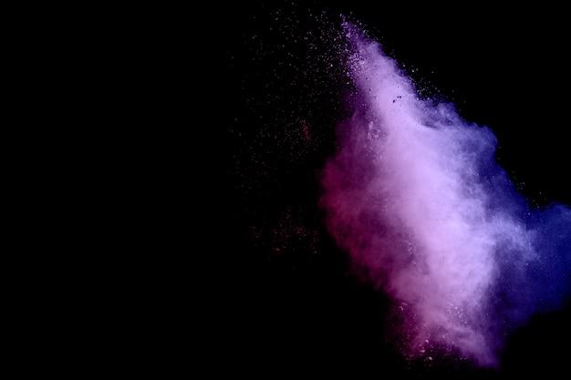 Congelar movimiento explosión de polvo de polvo púrpura sobre un fondo negro