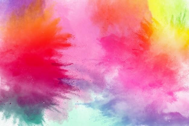 Congelar el movimiento de explosiones de polvo de colores aislados sobre fondo blanco