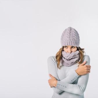 Congelar mujer frotando el cuerpo.