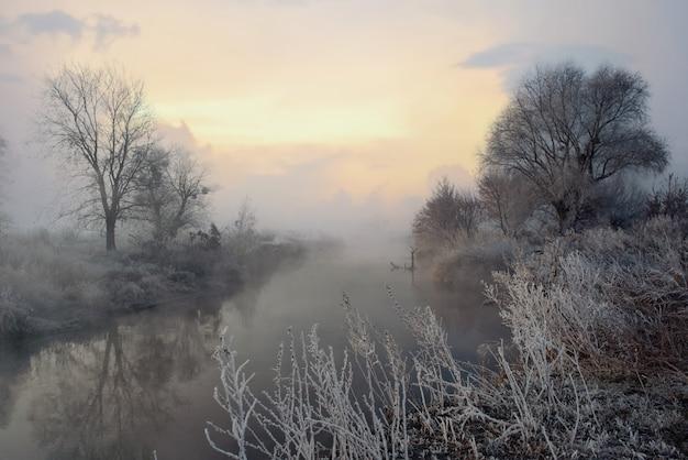 Congelar en el río al amanecer