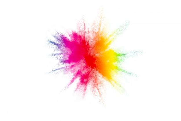 Congele el movimiento del polvo de color colorido explotando en blanco.