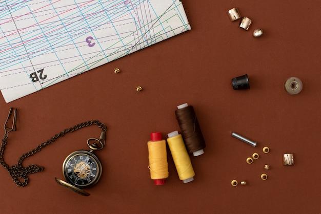 Conjunto de accesorios de adaptación sobre fondo gris, vista superior