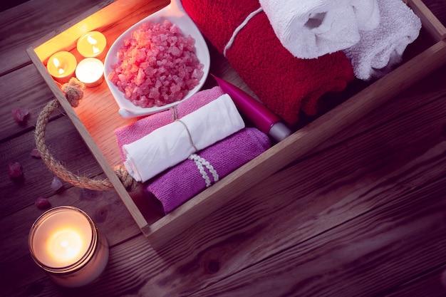 Conjunto de accesorios de baño para spa en iluminación discreta.