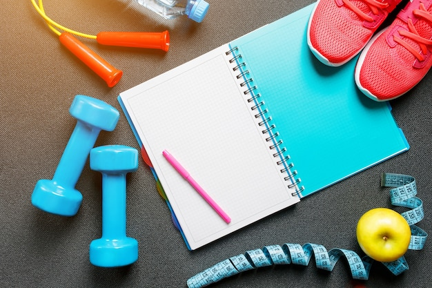 Conjunto de accesorios deportivos para fitness con equipo de ejercicio en gris